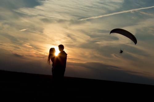 romantyczna para i spadochron